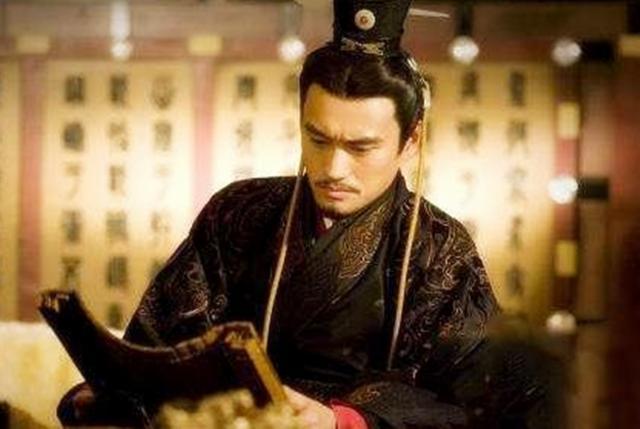 一人对算命先生说:我长得像皇帝,可以造反吗?先生听后把他卖了